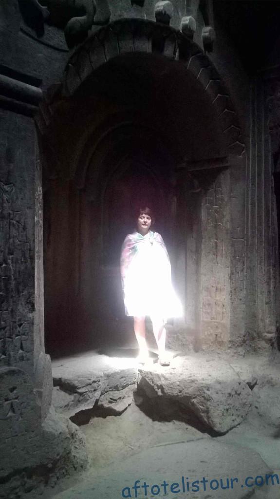 Таинственный свет из-под свода купола.