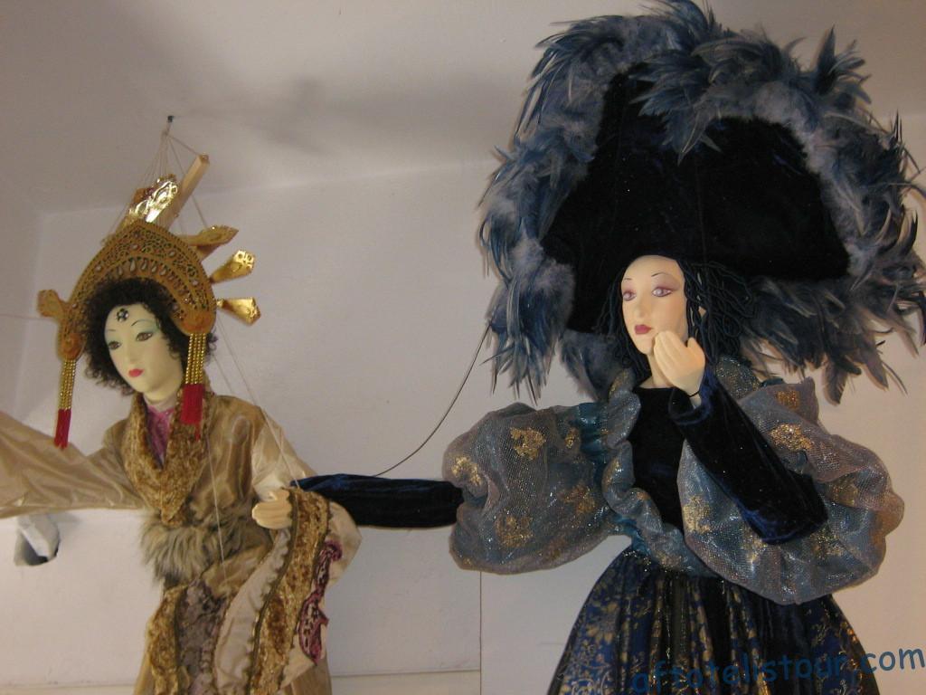 Куклы в лавке Санторини